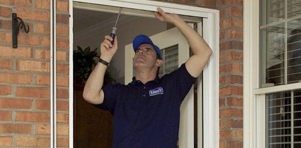 installing screen door