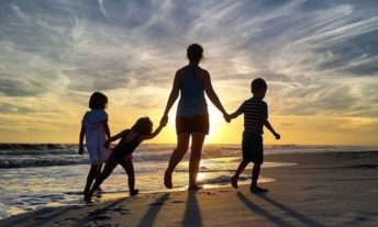 family on vacation - save money on travel with the best travel credit cards