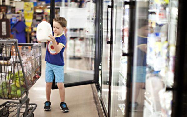 little kid grocery shopping