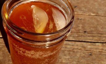 how to make kombucha recipe - glass of kombucha on picnic table