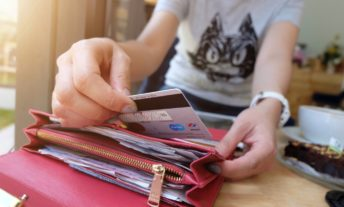 pulling credit card out of wallet - best student credit cards for college students